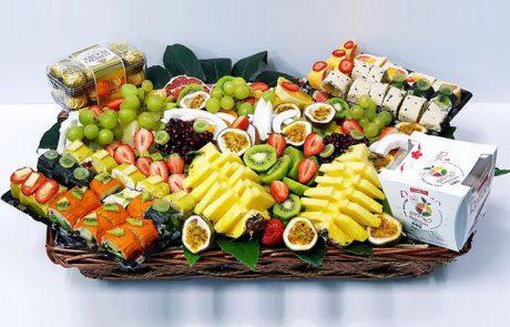 מגשי פירות מעוצבים במגש או בסלסלה