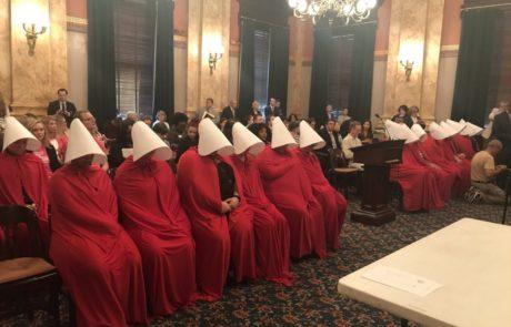 נשים הופיעו בבגדי שפחות בדיון נגד חוק לאיסור הפלות