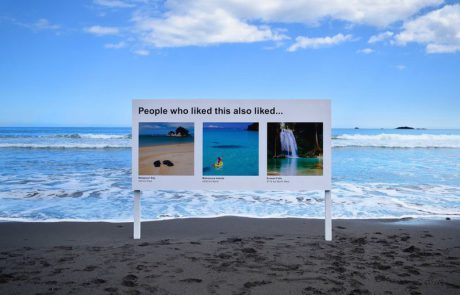 פרויקט אמנות מעורר מחשבה על משמעות המלצות תוכן בחיים עצמם