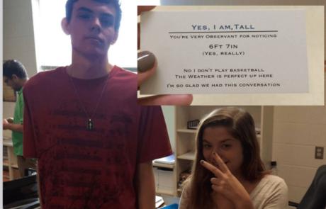 נער גבוה במיוחד מגיש את כרטיס הביקור הזה לכל מי ששואל אותו על הגובה שלו