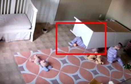 סרטון מתעד תינוק בן שנתיים שהציל את אחיו התאום לאחר ששידה כבדה נפלה עליו