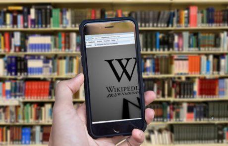 מדוע ויקיפדיה מפרסמת מודעות ענק הקוראות לתרומות על אף מצבה